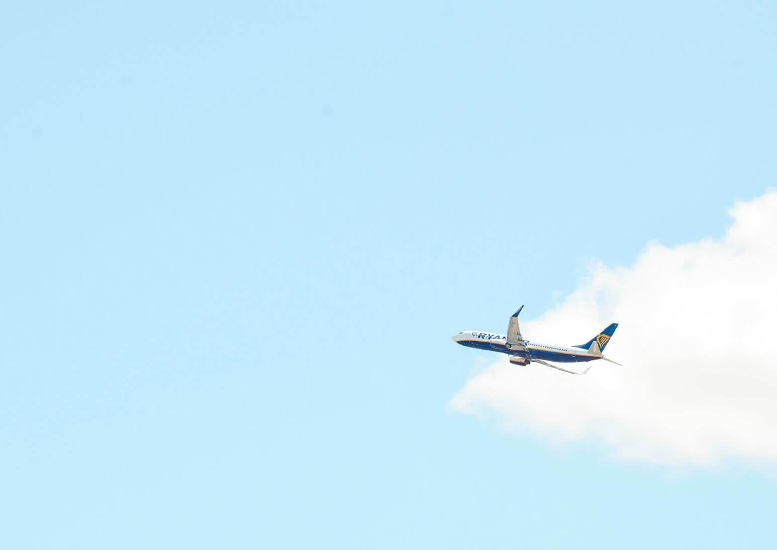 青空に飛び立つ飛行機